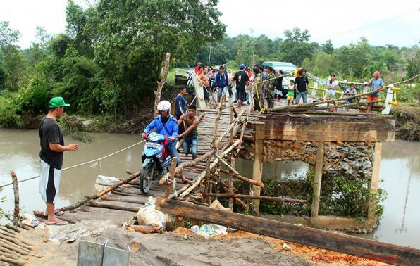 Jembatan darurat sementara yang Menghubungkan Desa Mayang